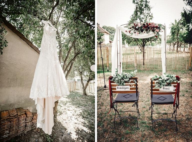 Auf dem linken Bild wurde ein Brautkleid an einem Baum aufgehängt. Auf dem rechten Bild stehen zwei Hochzeitsstühle vor einem Blumenbogen. Getting Ready, Hochzeit, Hochzeitsfotografie, Absolut Fotografie, Tanja Steger